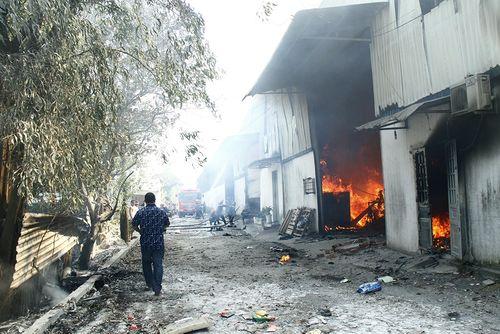 Hỏa hoạn tại xưởng gỗ rộng hơn 1.000 m2 trong ngày khai trương - Ảnh 1