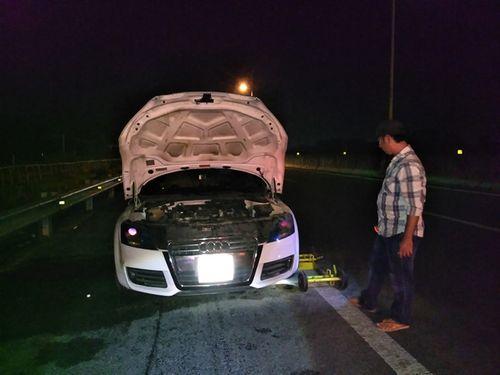 Siêu xe Audi 2 bốc cháy trên cao tốc TP.HCM- Trung Lương - Ảnh 1