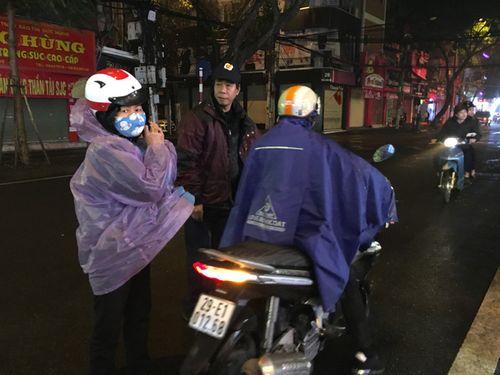 Ngày vía Thần Tài: Đội mưa, xếp hàng từ 5h sáng chờ mua vàng - Ảnh 3