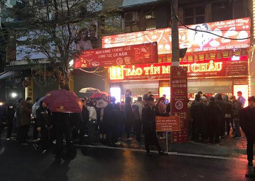 Ngày vía Thần Tài: Đội mưa, xếp hàng từ 5h sáng chờ mua vàng - Ảnh 2