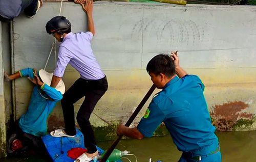 Hơn 100 người giải cứu nạn nhân bị kẹt giữa nắp cống - Ảnh 1