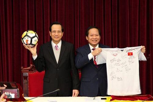 Áo và bóng U23 tặng Thủ tướng được trả giá 6 tỷ đồng - Ảnh 1