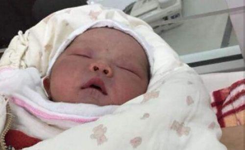 Bé trai sơ sinh 3,3kg bị bỏ rơi ngoài điếm canh đê - Ảnh 1