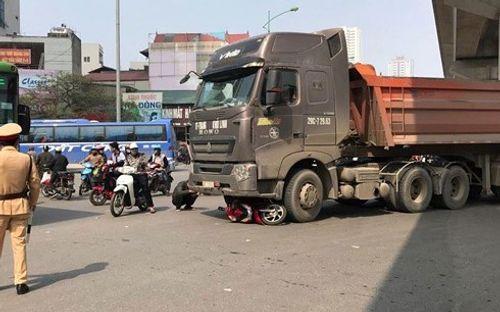 Xe đầu kéo cuốn xe máy vào gầm, một cô gái tử vong tại Hà Nội - Ảnh 1