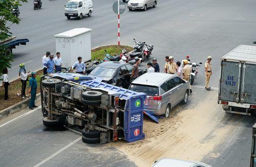 Xe ben lật ngang giữa đường, đâm vào Mercedes - Ảnh 1