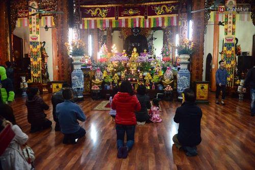 Đi lễ trong giờ hành chính, nữ hiệu trưởng ở Hà Nội bị giáng chức - Ảnh 1