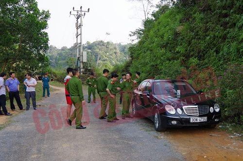 Giật mình phát hiện 3 người trong một gia đình chết bất thường trong xe Mercedes - Ảnh 1