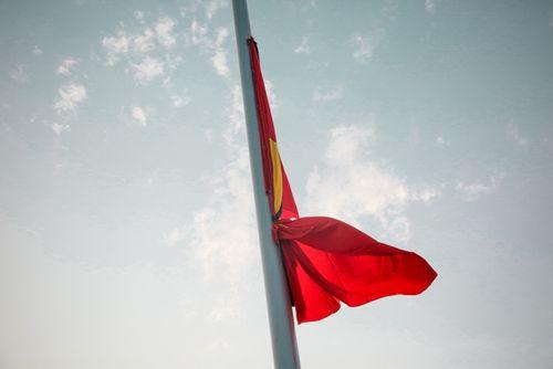 Treo cờ rủ Quốc tang nguyên Thủ tướng Phan Văn Khải tại Quảng trường Ba Đình - Ảnh 2
