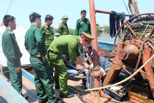 4 thuyền viên bị chủ tàu trói bằng xích sắt - Ảnh 1