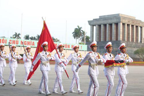 Treo cờ rủ Quốc tang nguyên Thủ tướng Phan Văn Khải tại Quảng trường Ba Đình - Ảnh 1