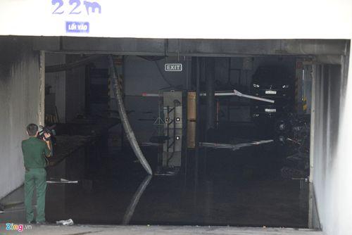 Hiện trường vụ cháy chung cư ở Sài Gòn, 13 người chết - Ảnh 11