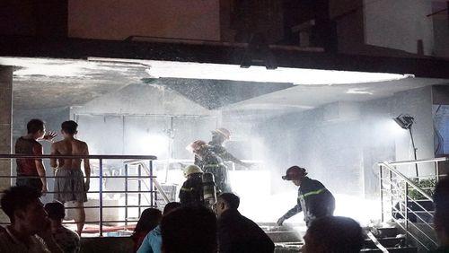 Vụ cháy chung cư Carina: 2 bảo vệ chung cư cứu hàng chục người được khen thưởng - Ảnh 1