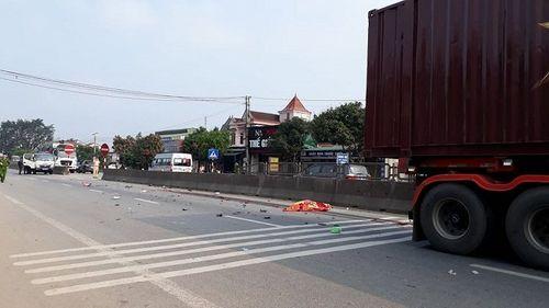 Cụ ông 80 tuổi chở vợ chết thảm dưới bánh xe container - Ảnh 1