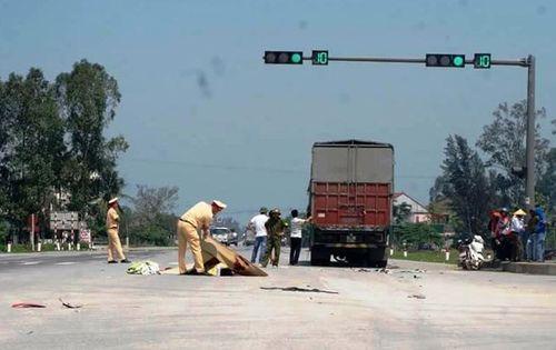 Ô tô tải đâm xe máy, 2 anh em ruột chết thảm - Ảnh 1