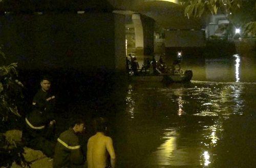 Cảnh sát ngụp lặn tìm người phụ nữ nhảy xuống kênh Tàu Hủ - Ảnh 1