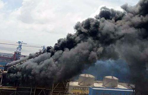 Cháy lớn tại Nhà máy nhiệt điện Duyên Hải 3: Nhiều người đu dây thoát thân - Ảnh 1
