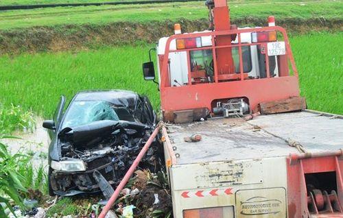 Ô tô 4 chỗ va chạm xe cứu hộ, 2 người chết, 5 người bị thương - Ảnh 1