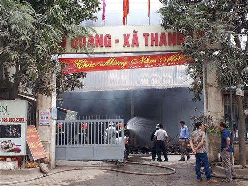 Khám nghiệm hiện trường vụ cháy chợ Quang ở Hà Nội - Ảnh 1