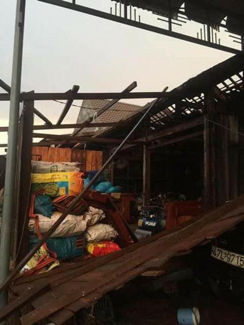 Mưa đá, lốc xoáy khiến 600 ngôi nhà bị hư hỏng, 3 người trọng thương - Ảnh 2