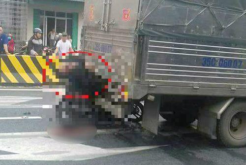 Đâm trúng xe tải đang dừng đèn đỏ, nam thanh niên tử vong tại chỗ - Ảnh 1