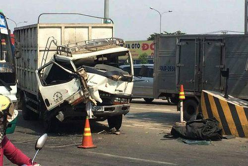 Xe tải tông trạm BOT cầu Đồng Nai, nhân viên thu phí chạy tán loạn - Ảnh 1