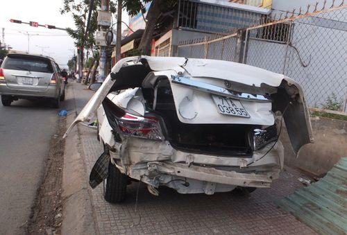 Xe trộn bê tông ủi 3 ô tô trên cầu Tiền Giang - Ảnh 1
