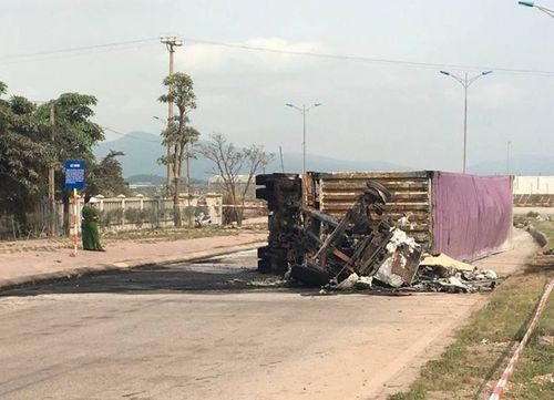 Xe container đâm dải phân cách rồi bốc cháy, 2 người bị thiêu chết - Ảnh 1