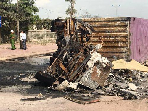 Xe container đâm dải phân cách rồi bốc cháy, 2 người bị thiêu chết - Ảnh 2