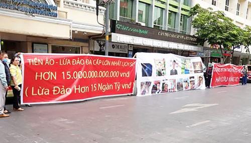 TP.HCM: Người dân treo băng rôn tố công ty tiền ảo lừa 15 nghìn tỷ đồng - Ảnh 1