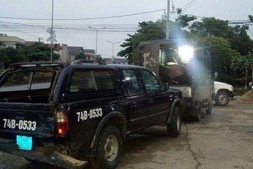Bị truy đuổi, xe chở gỗ lậu lao vào ô tô của kiểm lâm - Ảnh 1