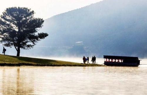 Phát hiện thi thể nam thanh niên đeo ba lô chứa 3 cục đá lớn trên hồ Suối Vàng Đà Lạt - Ảnh 1