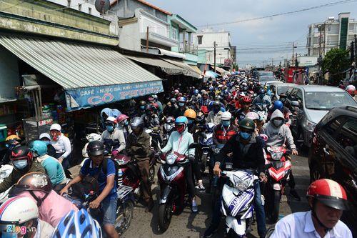 """Hàng nghìn người dân đổ về thành phố, cửa ngõ Sài Gòn """"kẹt cứng"""" sau nghỉ lễ - Ảnh 1"""