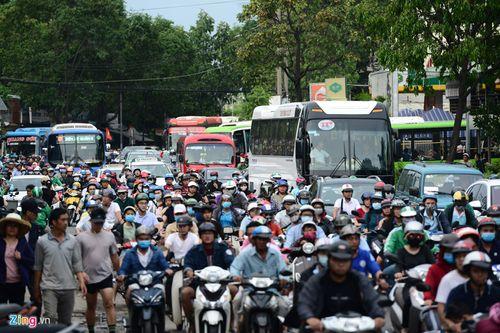 """Hàng nghìn người dân đổ về thành phố, cửa ngõ Sài Gòn """"kẹt cứng"""" sau nghỉ lễ - Ảnh 4"""