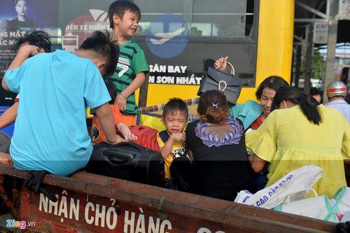 """Hàng nghìn người dân đổ về thành phố, cửa ngõ Sài Gòn """"kẹt cứng"""" sau nghỉ lễ - Ảnh 3"""