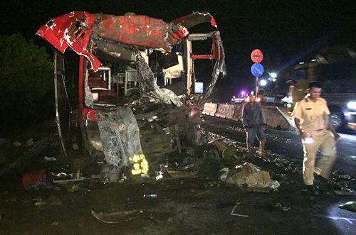 Xe khách giường nằm va chạm xe container, 12 người bị thương - Ảnh 1