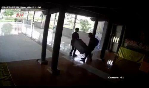 Video: 2 thanh niên táo tợn vào chùa trộm hòm công đức - Ảnh 1