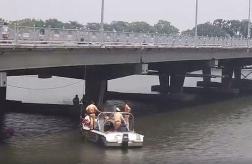 Tìm thấy thi thể 2 cha con buộc chặt vào nhau dưới đáy sông Hương - Ảnh 1