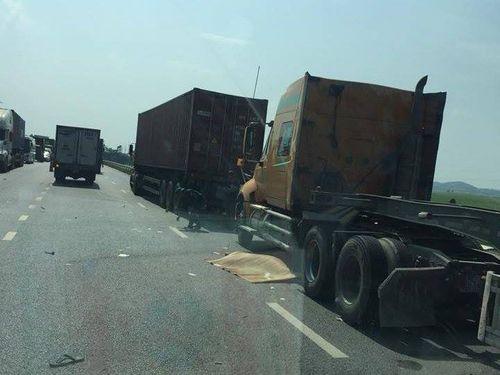 2 người đàn ông tử vong dưới bánh xe container ở Bắc Ninh - Ảnh 1