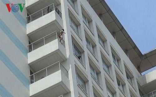 Thanh niên xăm trổ, khỏa thân đòi nhảy từ tầng 10 bệnh viện xuống - Ảnh 1
