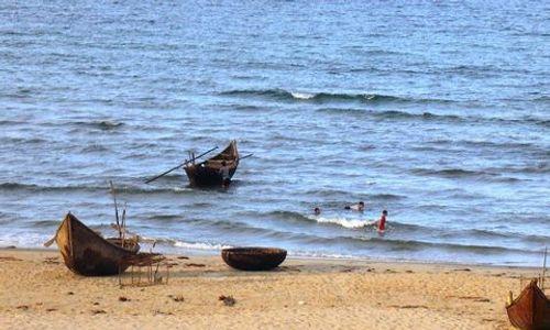 2 học sinh bị sóng cuốn tử vong khi đi tắm biển - Ảnh 1