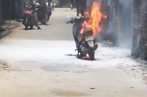 Video: Người phụ nữ bất lực nhìn chiếc xe máy bốc cháy dữ dội - Ảnh 1