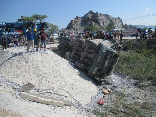 Vụ lật tàu hỏa ở Thanh Hóa: Đến 31/5 mới di dời xong các toa tàu - Ảnh 1