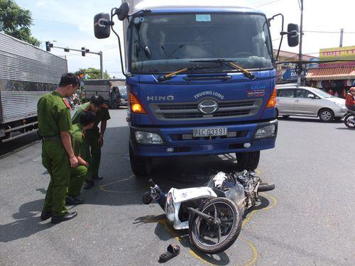 Xe tải tông xe máy, người phụ nữ tử vong thương tâm trước mặt chồng con - Ảnh 1