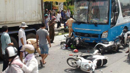 Xe khách tông container cùng hàng loạt xe máy, 5 người bị thương nặng - Ảnh 1