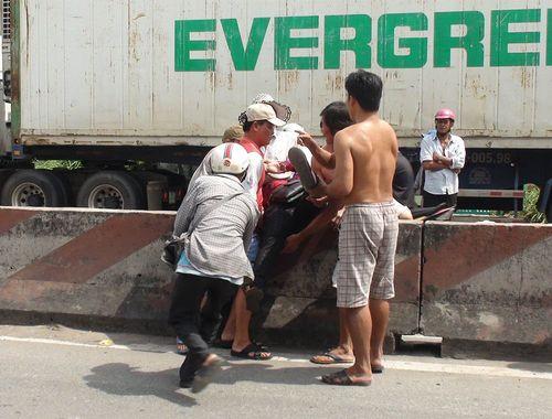 Xe khách tông container cùng hàng loạt xe máy, 5 người bị thương nặng - Ảnh 2