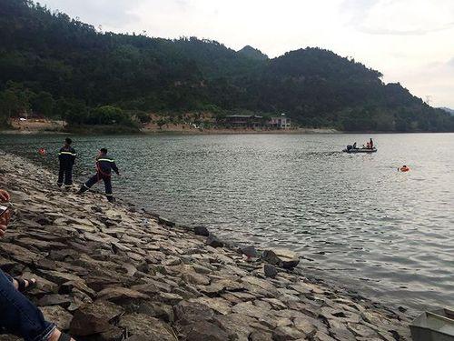 Thông tin bất ngờ vụ đôi nam nữ nắm tay nhau chết dưới lòng hồ ở Hà Nội - Ảnh 1