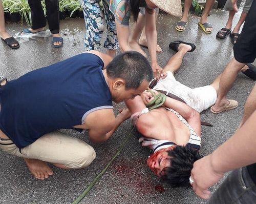 Nghi bắt cóc trẻ em, người dân vây đánh người đi ô tô giữa ban ngày - Ảnh 1