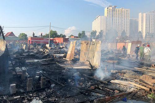 20 lán trại của hàng trăm công nhân ven Sài Gòn cháy rụi - Ảnh 1