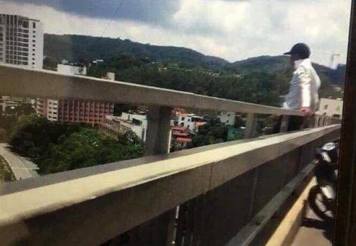 Giải cứu nam thanh niên định nhảy cầu Bãi Cháy tự tử - Ảnh 1