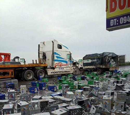 Container đâm xe tải, hàng nghìn vỏ bia tràn xuống quốc lộ 5 - Ảnh 2